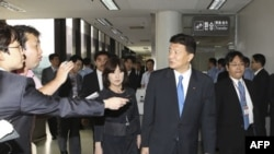 Ba thành viên của quốc hội Nhật Bản, các ông Yoshitaka (thứ nhì từ bên phải), Tomomi Inada (giữa) và Mashahisa Sato tới phi trường Gimpo ở Seoul, Nam Triều Tiên