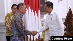 Presiden Joko Widodo berjabat tangan dengan Bos Hyundai Motor Group di Istana Negara, Jakarta, Kamis (25/7) (Foto: Biro Setpres).