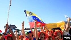 El Papa envió un saludo afectuoso especialmente a los jóvenes de habla hispana, como estos que participan en el evento.
