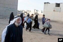 ພວກຜູ້ຄົນພາກັນລົບໜີອອກຈາກບ້ານ ຈາກຜົນກະທົບຈາກການຕໍ່ສູ້ຈາກກອງກຳລັງອີຣັກ ແລະກຸ່ມລັດອິສລາມ ຈາກເມືອງ Gogjali, ເຂດນຶ່ງຂອງນະຄອນ Mosul, ອິຣັກ, 2 ພະຈິກ, 2016.