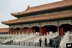 资料照片:美国总统唐纳德·特朗普和夫人梅拉尼亚·特朗普与中国国家主席习近平和夫人彭丽媛参观紫禁城皇宫。(2017年11月8日)。