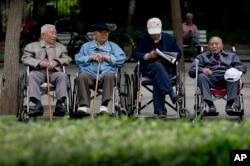 老人在北京一处公园休息。(资料照)