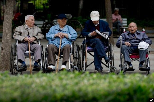 老人在北京一處公園休息。 (資料照)