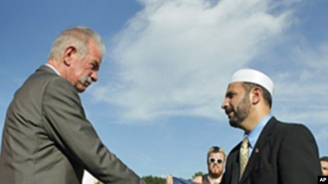 Dove World Outreach Center pastor Terry Jones (l) shakes hands with Imam Muhammad Musri, president of the Islamic Society of Central Florida in Orlando, 09 Sep 2010