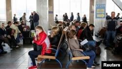 乌克兰乘客在基辅火车总站等火车。(2016年4月19日)