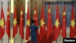 Giới chức Việt Nam chuẩn bị quốc kỳ Trung Quốc và Việt Nam trước lễ đón tiếp Chủ tịch Trung Quốc Tập Cận Bình tại Hà Nội, ngày 6/11/2015.
