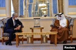 야이르 라피드(왼쪽) 이스라엘 외무장관과 살만 빈 하마드 바레인 왕세자가 30일 마나마에서 회동하고 있다.