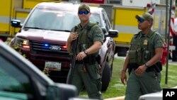 """马里兰州警察在发生枪击案的""""州府宪报""""巡逻"""