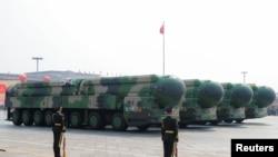 """资料照片:中国在天安门广场""""十一""""阅兵式上展示的东风-41洲际弹道导弹。(2020年10月1日)"""