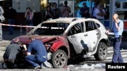 Các nhà điều tra tại hiện trường vụ nổ bom xe ở thủ đô Kiev, Ukraine, 20/7/2016.