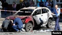 우크라이나 수도 키예프에서 20일 유명 친서방 언론인 파벨 셰레메트가 출근용 차에 탔다가 폭발물이 터지면서 숨졌다. 경찰관들이 세레메트가 탔던 차를 조사하고 있다.