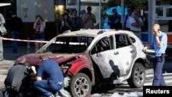 調查人員在對汽車爆炸事件進行調查(2016年7月20日)