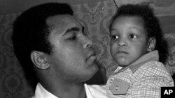 محمد علی جونیر که حال ۴۴ ساله است در دوران کودکی در آغوش پدرش محمد علی، بوکسر فقید و قهرمان سنگین وزن جهان
