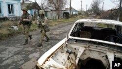Украинские военные вблизи линии размежевания с формированиями пророссийских сепаратистов (архивное фото)