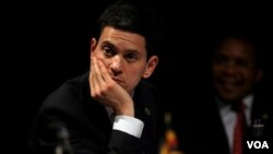 Menteri Luar Negeri Inggris David Miliband sedang melobi Tiongkok agar mau merubah posisi negara tersebut mengenai sanksi bagi Iran. Tiongkok yang merupakan anggota tetap Dewan Keamanan PBB selama ini enggan menjatuhkan sanksi bagi Iran atas program nukli