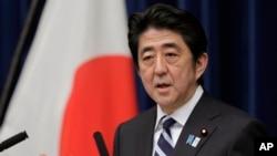 日本首相安倍在東京官邸告訴記者日本將參加TPP談判