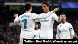 Cristiano Ronaldo, n° 10, jubile avec ses coéquipiers de Real Madrid après un but, lors d'un match de la Liga remporté 5-2 contre Real Sociedad, au stade Santiago-Bernabeu, 10 février 2018. (Twitter/Real Madrid).