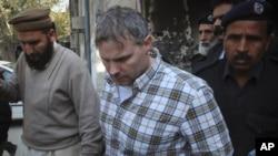 巴基斯坦警察陪同戴维斯(中)走出拉合尔的法庭(资料照片)