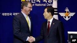 지난 10일 한국을 방문한 애슈턴 카터 미 국방장관(왼쪽)이 한민구 한국 국방장관과 공동기자회견을 마친 후 악수하고 있다. (자료사진)