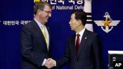지난해 4월 한국을 방문한 애슈턴 카터 미 국방자오간(왼쪽)이 한민구 한국 국방장관과 공동기자회견을 가진 후 악수하고 있다.