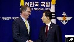 한국을 방문한 애슈턴 카터 미국 국방장관(왼쪽)이 지난 10일 한민구 한국 국방장관과 공동 기자회견을 가졌다.