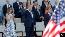 프랑스를 방문한 도널드 트럼프 미국 대통령(가운데)과 부인 멜라니아 여사, 에마뉘엘 마크롱 프랑스 대통령 14일 파리에서 열린 '바스티유의 날' 열병식을 지켜보고 있다.