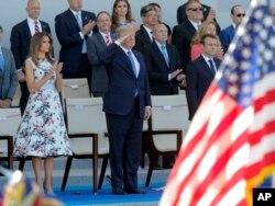 El presidente de EE.UU. Donald Trump y la primera dama Melania Trump observan el Desfile por el Día de la Bastilla en París, como huéspedes de honor del presidente de Francia, Emmanuel Macron (der.). Julio 14 de 2017.