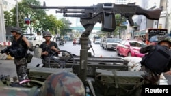 Thai soldiers take their positions in the middle of a main intersection in Bangkok's shopping district, May 20, 2014.
