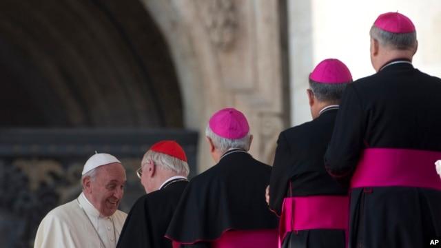 Para Kardinal dan Uskup berbaris untuk menyambut Paus Fransiskus di pertemuan mingguan dengan umat di Lapangan Santo Petrus, Vatikan (30/10).
