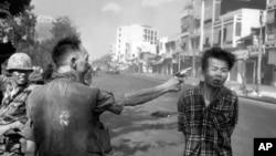 Tướng Việt Nam Cộng hòa Nguyễn Ngọc Loan, bắn vào đầu của một đặc công Việt Cộng, Nguyễn Văn Lém, trên đường phố Sài Gòn ngày 1/2/1968, ngay sau ngày khởi đầu chiến dịch Tết Mậu Thân của quân bắc Việt. Đây được coi là một thất bại về quân sự cho Bắc Việt nhưng Hà Nội cho rằng cuộc tổng tấn công này là một chiến thắng về mặt chiến lược.