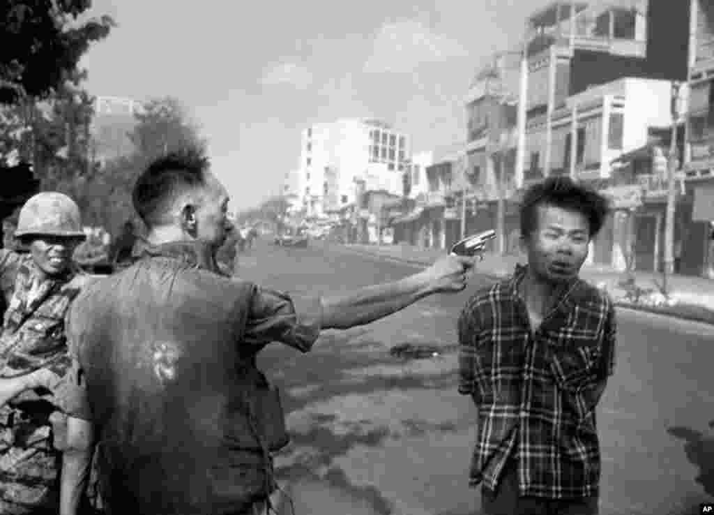 """امروز در تاریخ: سال ۱۹۶۸ - این عکس تاریخی، معروف به """"اعدام سایگون"""" لحظهای قبل از کشتن یک افسر ویت کنگ بدست فرمانده پلیس ملی کره جنوبی را نشان میدهد. ادی آدامز، جایزه پولیتزر را به خاطر این عکس تکان دهنده دریافت کرد."""
