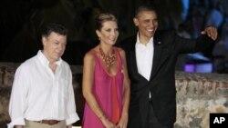 Presiden Obama (kanan) bersama ibu negara Maria Clemencia Rodriguez dan Presiden Kolombia Juan Manuel Santos berpose seusai jamuan makan malam kenegaraan menyambut KTT benua Amerika di Cartagena, Kolombia (13/4).