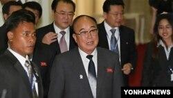 지난 2012년 북한의 박의춘(가운데) 외무상이 아세안 지역안보포럼(ARF)외무장관회의에 참석하기위해 캄보디아 프놈펜에 도착했다. (자료사진)