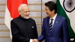 资料照片:日本首相安倍晋三与印度总理莫迪在东京举行峰会。(2018年10月29日)