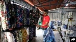 El exguerrillero colombiano Gonzalo Beltrán, muestra los artículos que vende en su tienda al reincorporarse a la vida civil tras los acuerdos de paz. Agosto 30 de 2019 AP Photo/Fernando Vergara