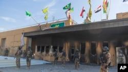 在美國駐巴格達大使館前站崗的伊拉克士兵。
