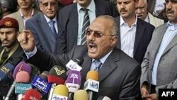 Tổng thống Yemen Ali Abdullah Saleh phản ứng trong khi phát biểu trước các ủng hộ viên tại thủ đô Sana'a, ngày 20/5/2011