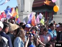 柯文哲在周末游行嘉年华期间接受采访(美国之音许波拍摄)