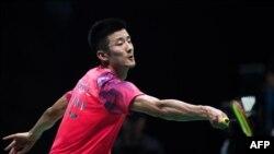 Pebulu tangkis China, Chen Long dalam pertandingan melawan pebulu tangkis India, Prannoy Kumar dalam laga semifinal tunggal putra di Kejuaraan Badminton Asia di Wuhan, China, 28 April 2018.