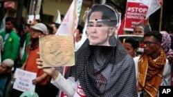 Indoneziya ko'chalarida musulmonlar Myanma hukumatini qoralab, namoyishda