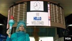 Lindli Hendon, profesorka filma sa Univerziteta Kolumbija dočekuje izbeglice na aerodromu JFK u Njujorku.