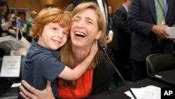 Samantha Power abraza a su hijo de cuatro años, Denclan Power Sunstein al finalizar la audiencia en el Senado, para sustituir a Susan Rice como embajadora de EE.UU. en la ONU.