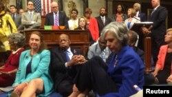 미국 민주당 하원의원들이 22일 의회 회의장 바닥에 앉아 총기규제 관련 입법을 촉구하는 연좌농성을 벌이고 있다.