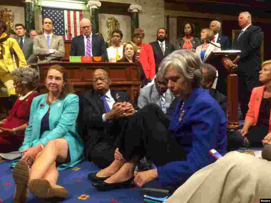 "Foto aksi duduk para anggota DPR dari Partai Demokrat, yang diunggah di Twitter oleh legislator Katherine Clark, ""untuk menuntut tindakan mengenai aturan senjata api yang masuk akal"" di Gedung Capitol, Washington (22/6)."