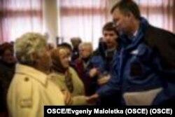 Александр Гуґ розмовляє з українськими біженцями на Донбасі