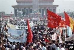 1989年5月成千上萬中國民眾在北京天安門廣場集會抗議