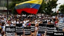 Para pendukung pemimpin oposisi Venezuela Leopoldo Lopez, berdemo menentang pemerintahan Presiden Nicolas Maduro di Caracas (18/2).