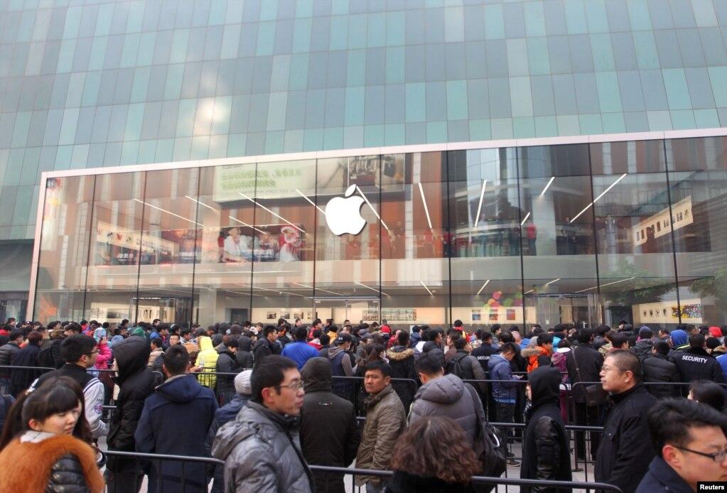 在沈阳的苹果专卖店外面,顾客等待商店开门(2015年2月28日) 。2017年7月30日,苹果公司从它在中国的应用程序商店(App Store)中移除一些提供虚拟个人网络或者说VPN的应用程序,以符合新的中国法规。批评人士认为,这是向互联网审查制度投降。