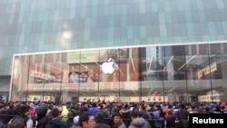 在沈阳的苹果专卖店外面,顾客等待商店开门(2015年2月28日)