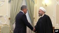 세르게이 쇼이구 러시아 국방장관(왼쪽)이 21일 이란을 방문해 하산 로하니 이란 대통령과 만났다.